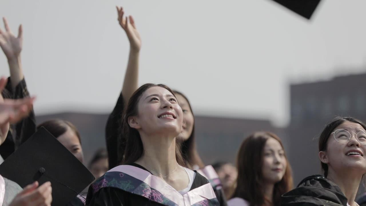 大学生毕业扔学士帽