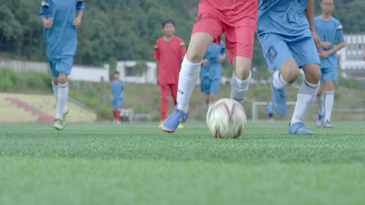 學生踢足球