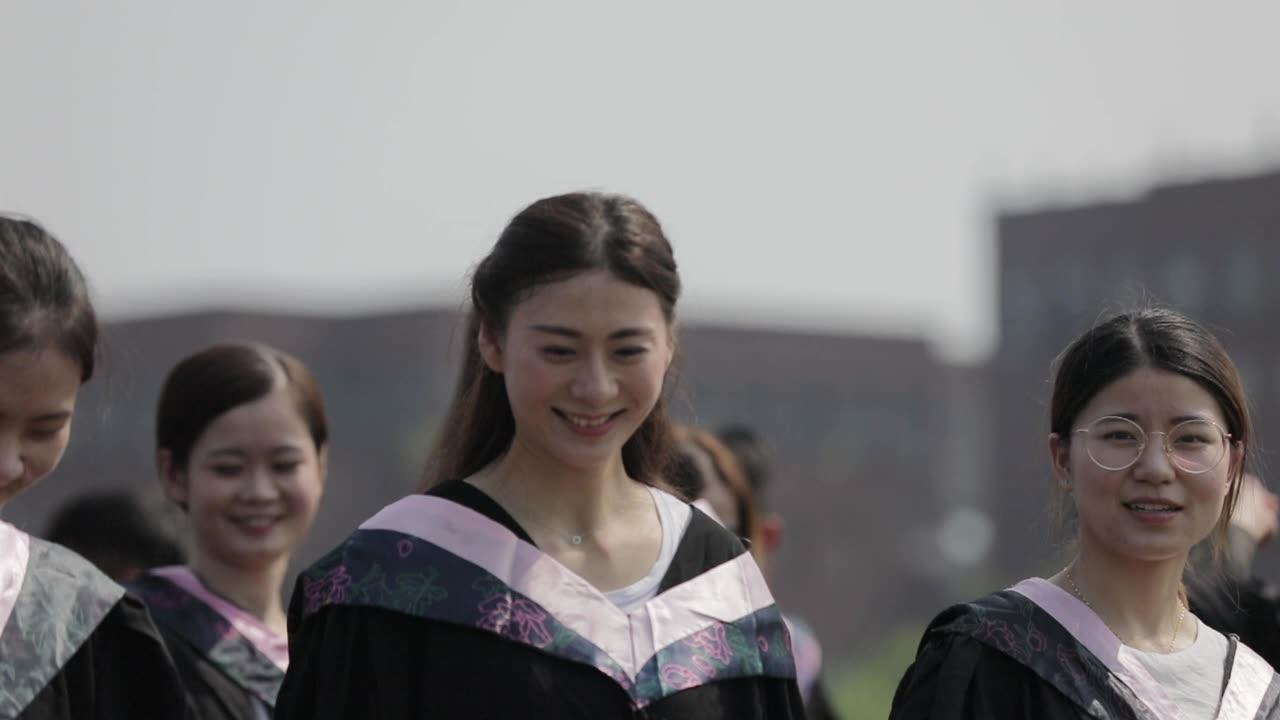 大學生畢業扔學士帽