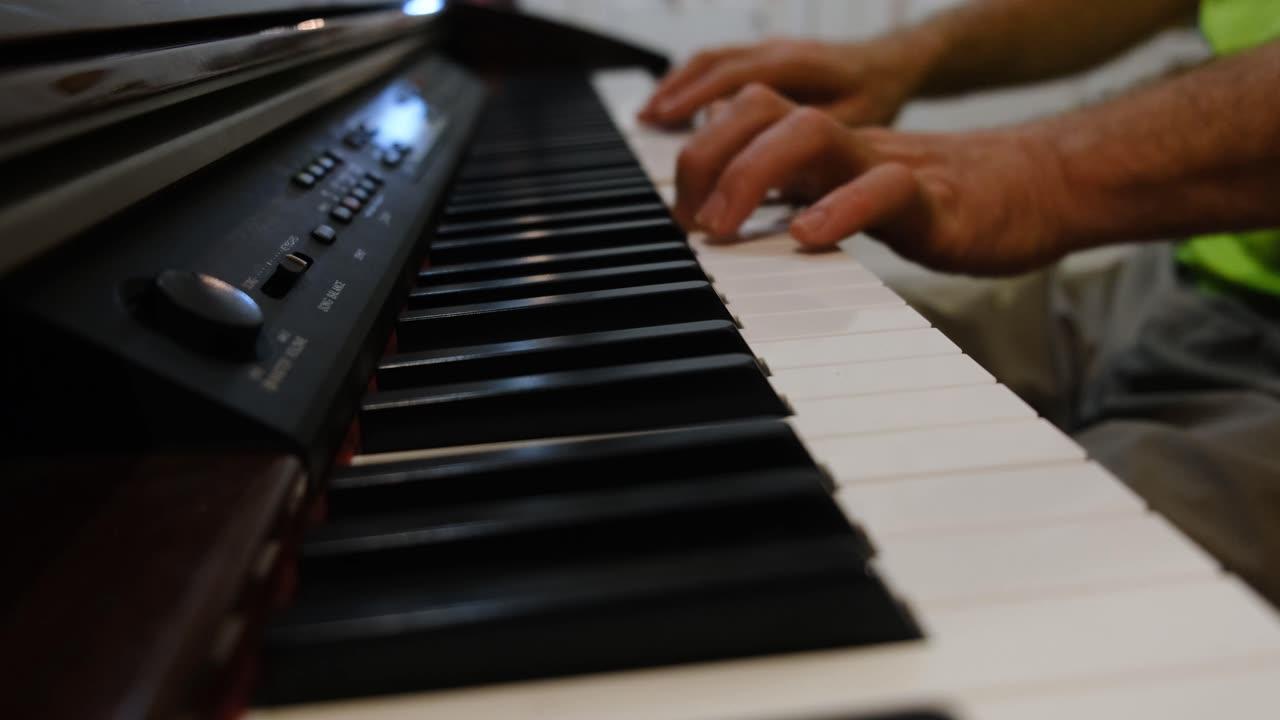 演奏風琴的人