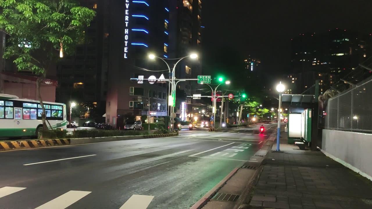 在有紅綠燈的道路上行駛